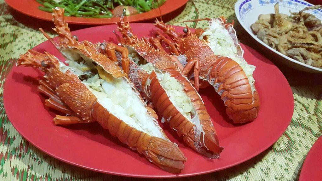 Kulineran Seafood di Pantai Sepanjang Kampung lobster